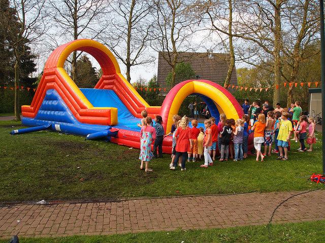 Op 27 april viert Nederland Koningsdag. Glimmen is de plek om deze dag te vieren. DeVereniging voor Volksvermaak heeft voor deze dag een leuk programma vastgesteld voor kinderen en volwassenen. Het programma voor deze dag ziet er als volgt uit: Ochtend programma van 10.00 uur. Start vrijmarkt* Livestream Koningsdag te Groningen op grootscherm. Springkussens […]